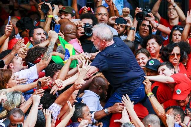 Lula é carregado por militantes em frente ao Sindicato do Metalúrgicos, em São Bernardo do Campo.