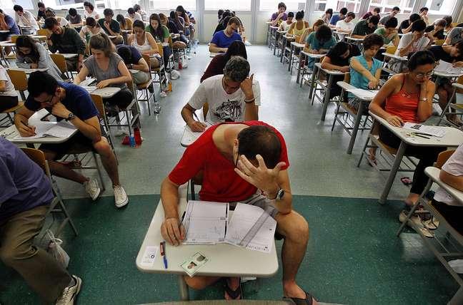 Candidatos da 2ª fase do vestibular da Fuvest em sala de aula durante a prova