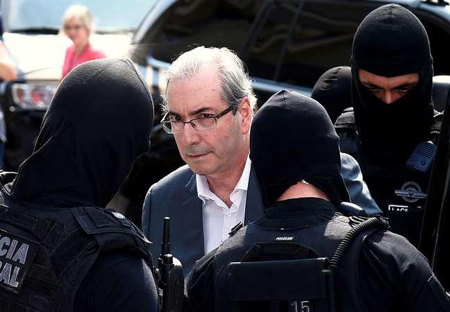 Ex-deputado Eduardo Cunha é escoltado por agentes da Polícia Federal 01/11/2016 REUTERS/Rodolfo Buhrer