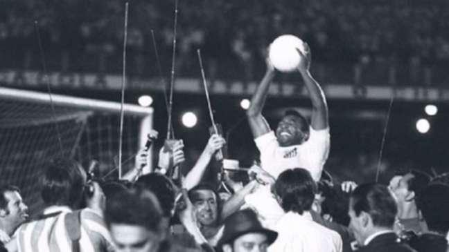 Pelé é carregado após marcar o milésimo gol no Maracanã