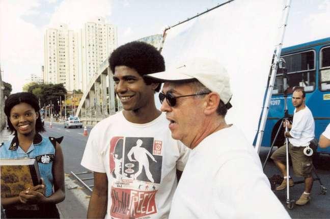 O ator Alexandre Moreno ao lado do diretor Helvecio Ratton durante gravação de 'Quimera - Uma Onda no Ar', em 2001, em que viveu o personagem Jorge.