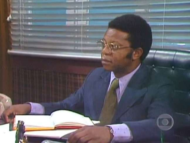Milton Gonçalves em cena como Dr. Percival na novela 'Pecado Capital' (1975).
