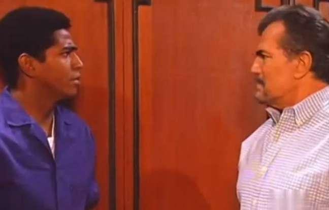 Kennedy (Alexandre Moreno) e Raul (Tarcísio Meira) em cena representando o racismo em 'Pátria Minha'.