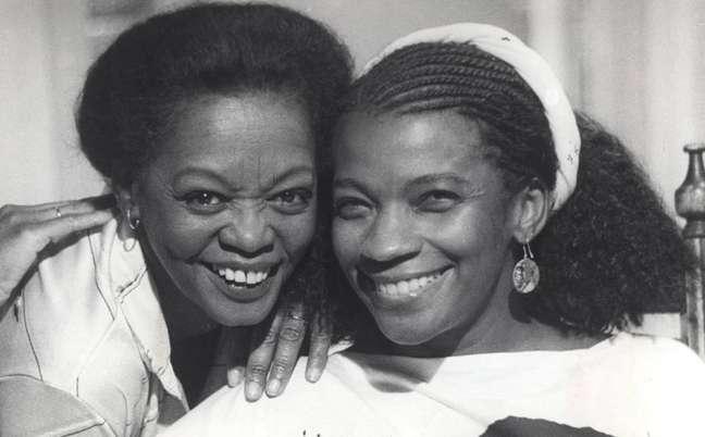 Ruth de Souza e Zezé Motta em foto de 1984, ano em que interpretaram Jussara e Sônia, mãe e filha em 'Corpo a Corpo'.