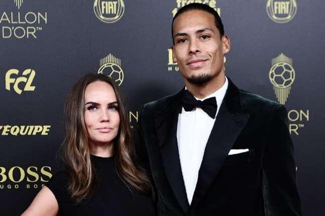 Van Dijk com sua esposa durante a premiação (Foto: AFP)