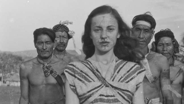 Berta Ribeiro com os Kadiwéus nos anos 1940; ela e Darcy viveram com os indígenas e estudaram seus costumes