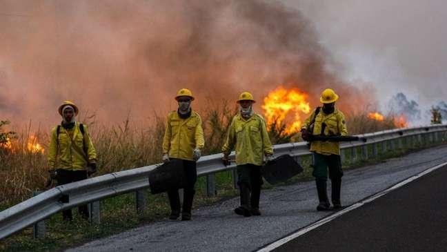 Bombeiros no Pantanal, em 30 de outubro; Terra Indígena Kadiwéu tem sido duramente atingida pelo fogo: é a reserva com maior número de focos de incêndio identificados pelo programa Queimadas