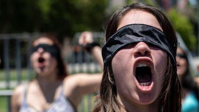 A letra forte se soma à coreografia visualmente marcante de mulheres cantando de olhos vendados