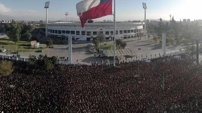 Cerca de 10 mil mulheres fizeram a coreografia em frente ao Estádio Nacional do Chile na semana passada