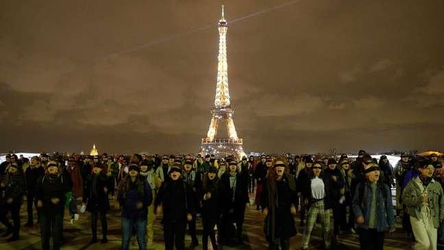 Em frente à Torre Eiffel, em Paris, dezenas de mulheres interpretaram 'Um Estuprador no Seu Caminho' em francês