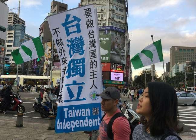 Pessoas passam por uma bandeira em apoio à independência de Taiwan no distrito comercial de Ximending em Taipé, Taiwan. 14/12/2019. REUTERS/Ben Blanchard
