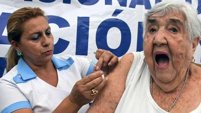 Surto de influenza A (H1N1) de 2009 foi a primeira emergência de saúde global declarada pela OMS. A vacinação faz parte da prevenção