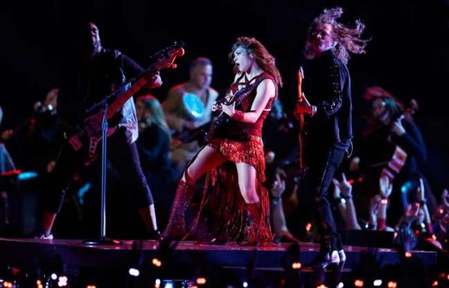 Shakira iniciou apresentação com sucessos que marcaram época e muita dança (Foto: AL BELLO /AFP)