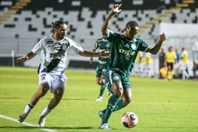 Apodi jogador do Ponte Preta disputa lance com Luiz Adriano jogador do Palmeiras durante partida no estadio Moises Lucarelli pelo campeonato Paulista 2020