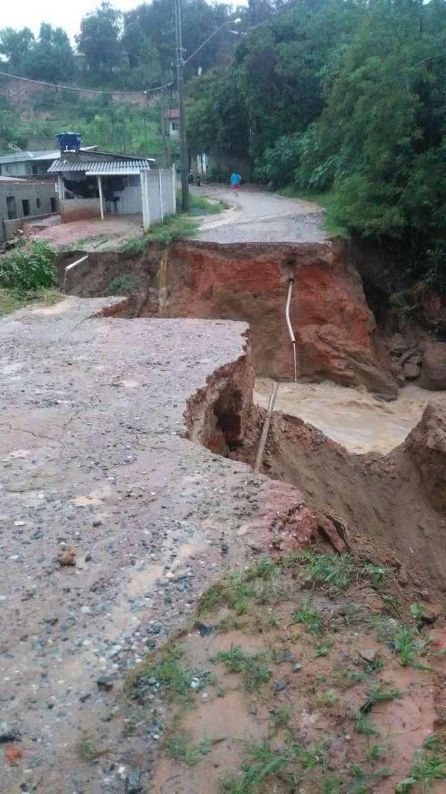 Ponte foi levada pela chuva e deixou interditado acesso ao bairro Tanque Velho, em Araçariguama (SP).