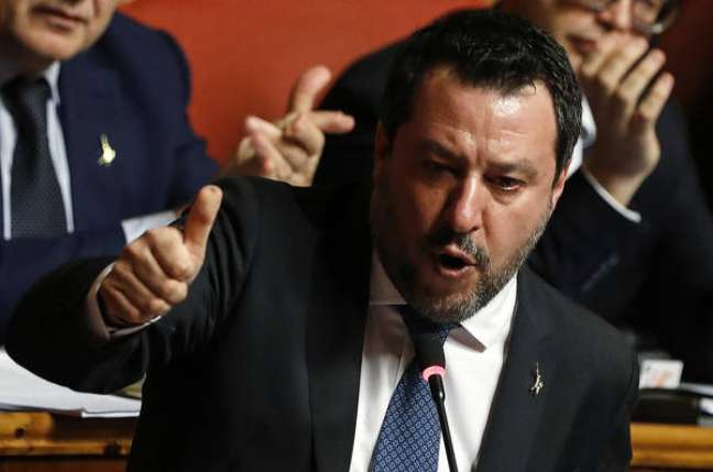 Matteo Salvini é acusado de sequestrar migrantes que haviam sido resgatados por navio oficial italiano
