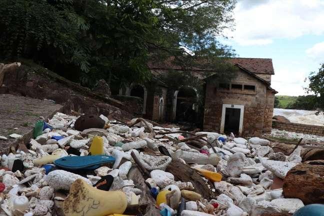 Toneladas de lixo ficaram acumuladas nas margens do rio, em Salto, após as águas do Tietê baixarem, em Salto, interior de São Paulo