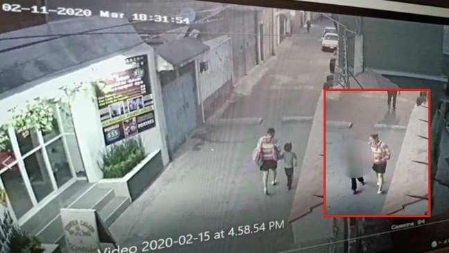 Câmeras de segurança mostram suspeita levando Fátima