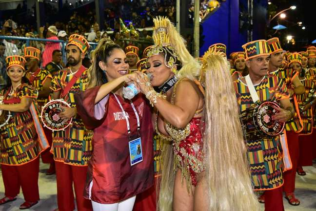 Cantora Lexa ajuda a mãe durante desfile da Unidos de Bangu.
