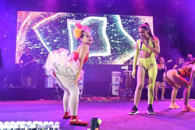 Anitta dança ao lado de bailarina com Síndrome de Down