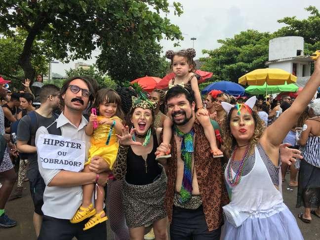 Foliões se divertem durante o bloco Amigos da Onça