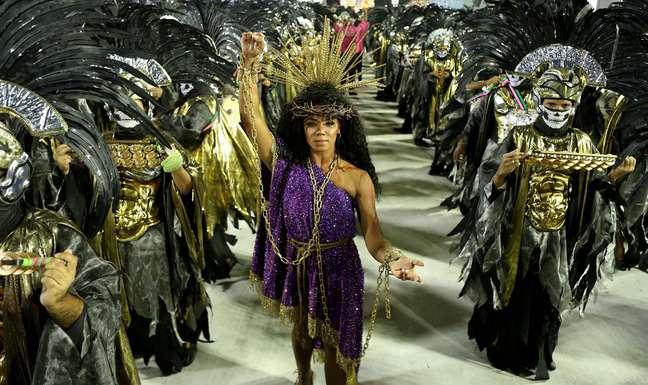 Rainha de bateria, Evelyn Bastos foi vestida de Jesus e não sambou