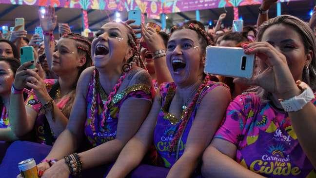 Fãs de Gusttavo Lima curtem show do cantor no Carnaval de São Paulo