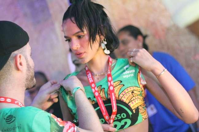 Bruna Marquezine não foi pra Sapucaí e ficou curtindo Carnaval em Salvador