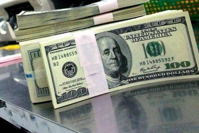 Após 1ºcaso de Covid-19, dólar vai a R$4,44 e Bolsa cai 7,5%