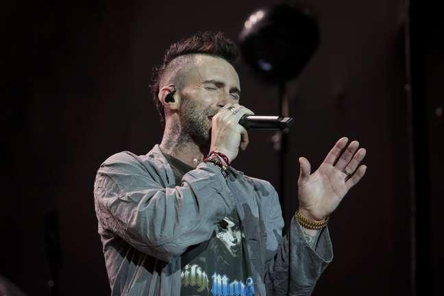 Adam Levine canta em show do Maroon 5 no Brasil