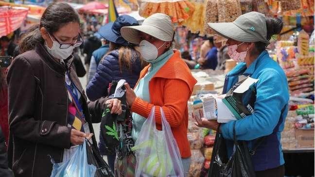 Muitas pessoas na Bolívia começaram a usar máscaras nas suas atividades diárias