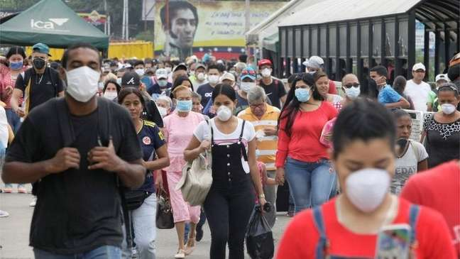 Venezuelanos que entraram na Colômbia na fronteira de Táchira e Cúcuta usavam máscaras