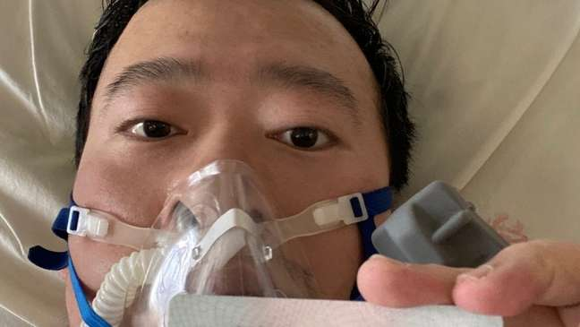 O médico Li publicou uma foto sua em sua cama hospital nas redes sociais no dia 31 de janeiro. No dia seguinte, foi diagnosticado com a covid-19