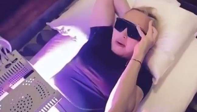 Madonna sob o equipamento que emite luzes capazes de atingir e tratar ossos e células