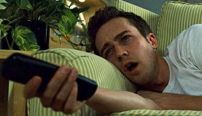 Em excesso, o combo sofá + TV pode ser nocivo à saúde física e ao equilíbrio emocional de quem está confinado em casa