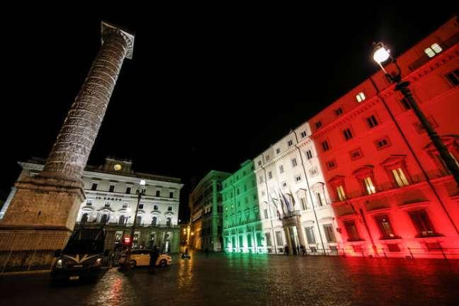 Palácio Chigi, sede do governo, é iluminado com as cores da bandeira da Itália em homenagem a vítimas de coronavírus