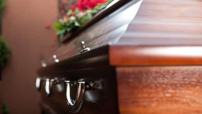 Trabalhadores de agências funerárias têm trabalhado sem equipamentos de proteção, segundo relatos à reportagem