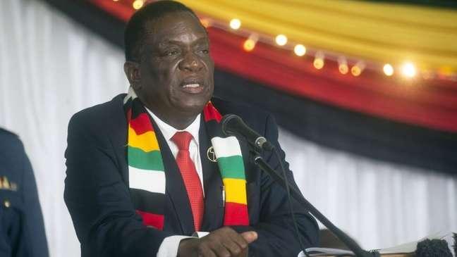 O presidente do Zimbabwe, Emmerson Mnangagwa, teve que esclarecer declarações de seu ministro da Defesa
