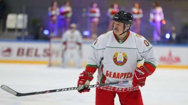 Lukashenko participou de uma partida de hóquei em abril