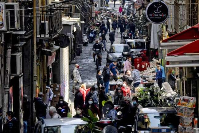 Apesar de medidas de isolamento ainda estarem em vigor, cidadãos já voltaram a lotar ruas em Nápoles, sul da Itália