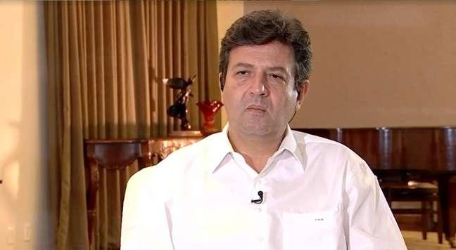 '(Brasileiro) Não sabe se ele escuta o ministro da Saúde, se escuta o presidente', diz Mandetta