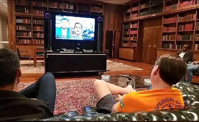 O presidente Jair Bolsonaro fez transmissão ao vivo nas redes sociais enquanto assistia a entrevista do ex-deputado Roberto Jefferson a grupos de direita