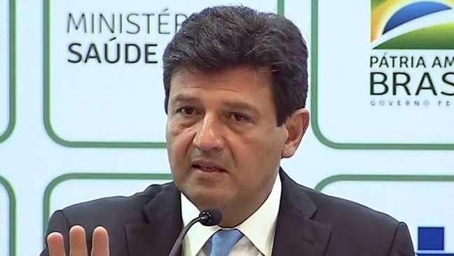 Atritos com autoridades em saúde foram um problema com ambos os presidentes; no Brasil, discordância levou à demissão do ministro Mandetta