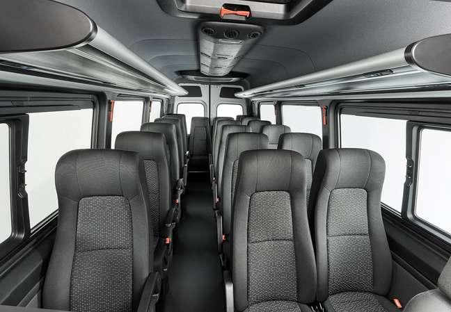 A vantagem da entrada pela dianteira é um amplo corredor na cabine do Sprinter.