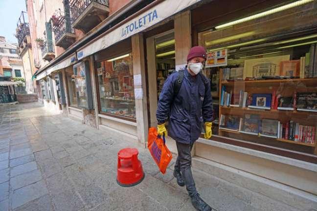 Italiano caminhando pelas ruas de Veneza
