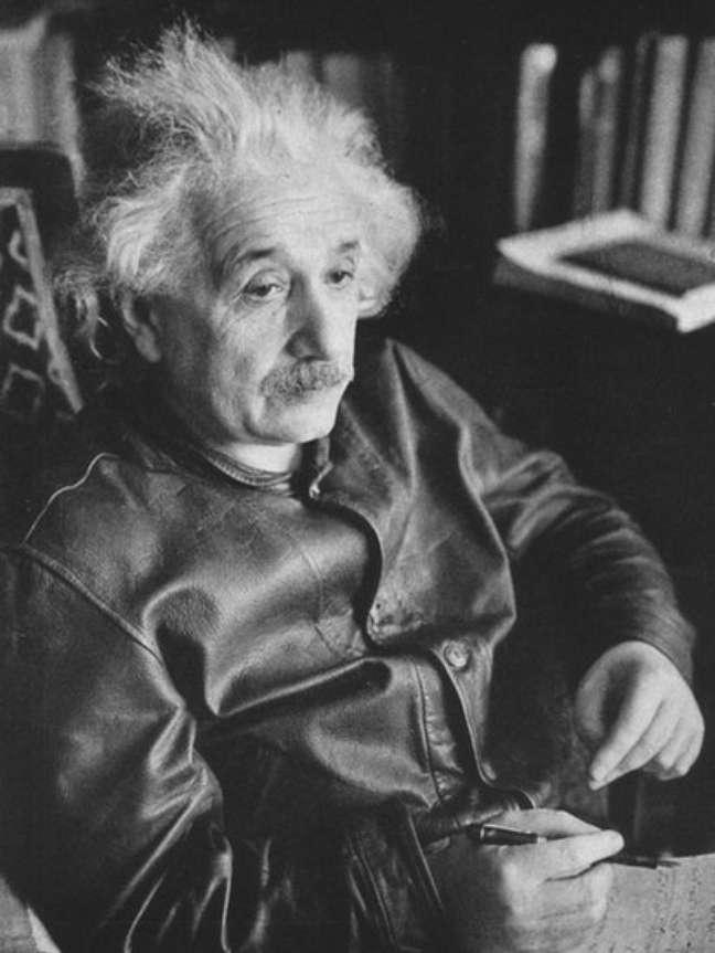 Albert Einstein foi fotagrafado várias vezes usando a mesma jaqueta e o cabelo despenteado