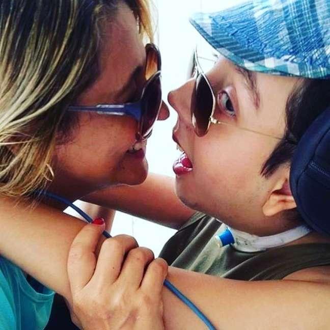 Tereza Melo e Caio, seu filho e fonte de inspiração para o livro 'Raro, não invisível'