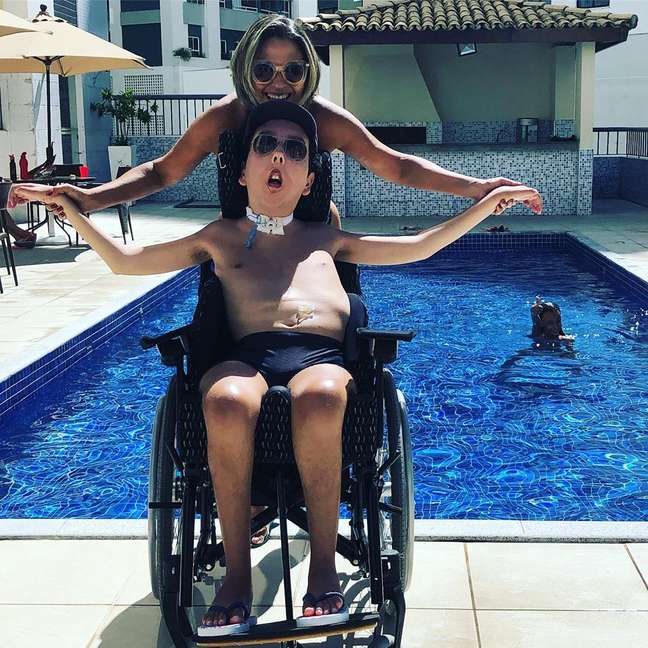 Tereza e Caio em uma das atividades de lazer preferidas do filho: banho de sol e piscina