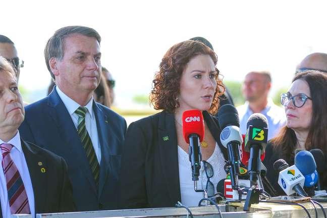 A deputada federal Carla Zambelli concede entrevista para a imprensa na saída do Palácio da Alvorada em Brasília (DF), nesta quarta-feira (29)