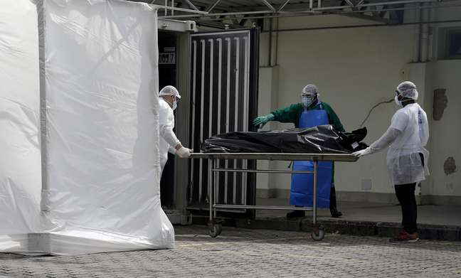Funcionários de hospital no Rio de Janeiro (RJ) transportam corpo para câmara frigorífica  08/05/2020 REUTERS/Ricardo Moraes